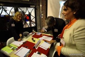 Mr Ernst Loendersloot, Sr kandidaat notaris te Maastricht, gebogen over een formulier.